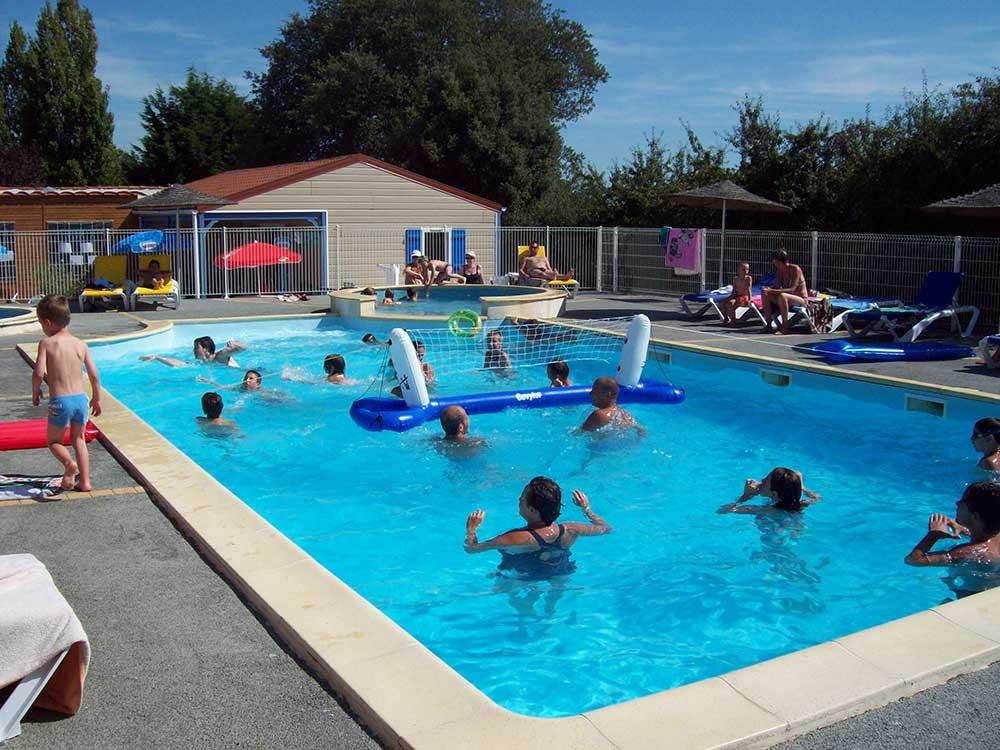 jeux et animations dans la piscine