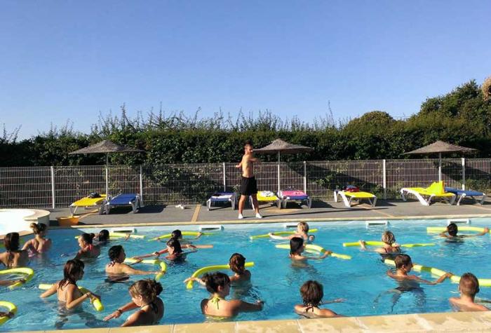 Camping familial avec animations autour de la piscine